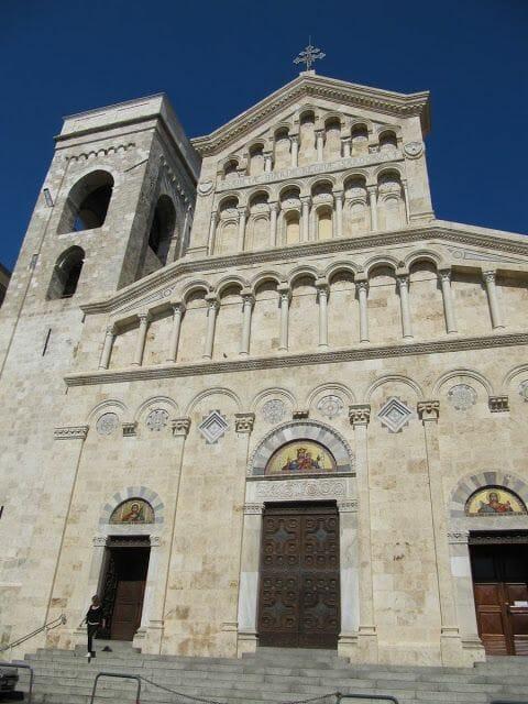 fachada catedral de Cagliari, barrio castelo cagliari, plaza de San Carlo