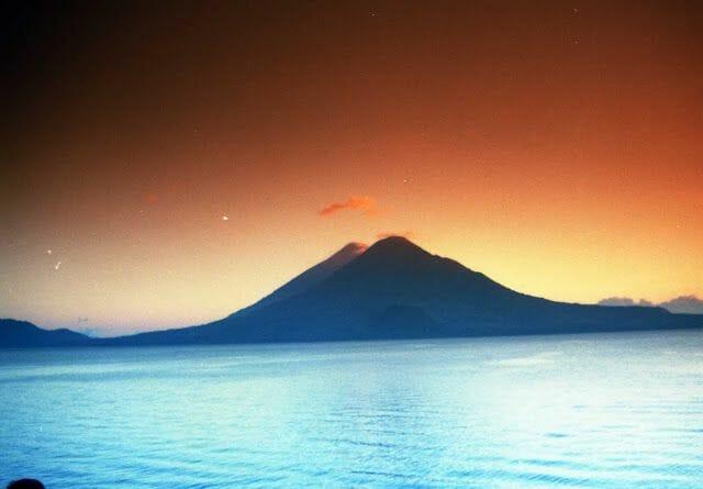 volcán atitlán en el viaje a la ruta maya