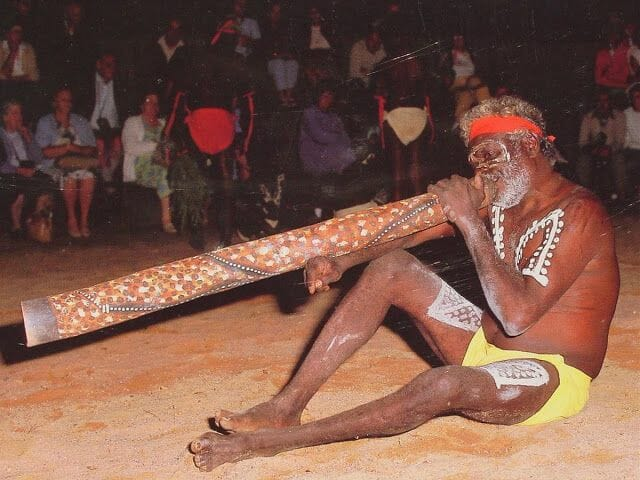 aborigen tocando didgeridoo