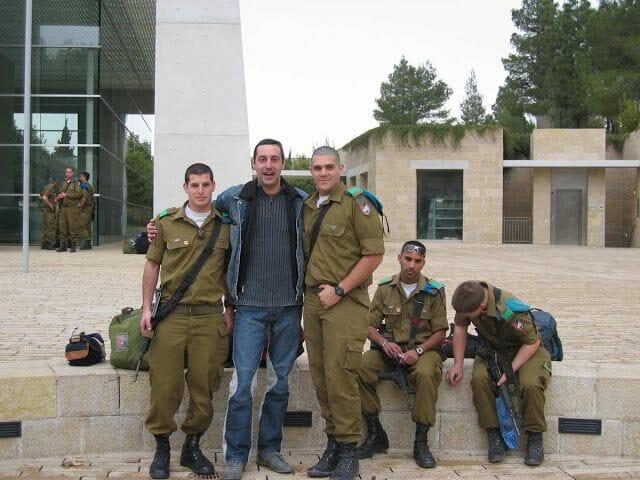 soldados israelíes a la entrada de Yad Vashem