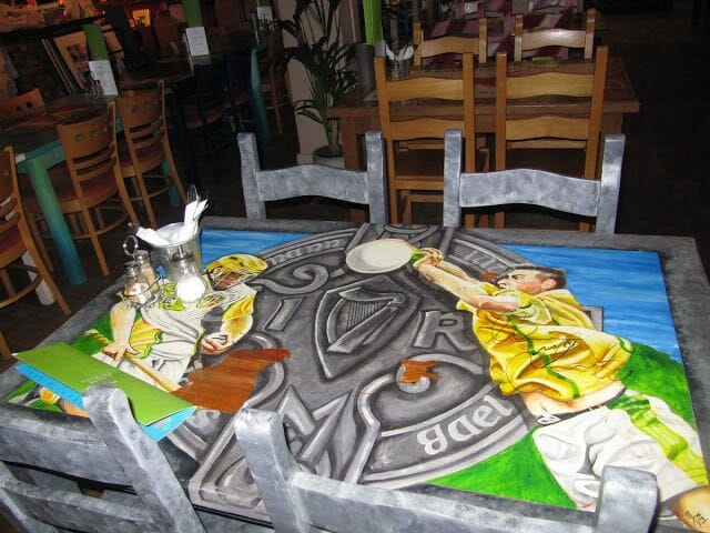 centro cívico Culturlann Mac Adam ó Fiaich. mesas