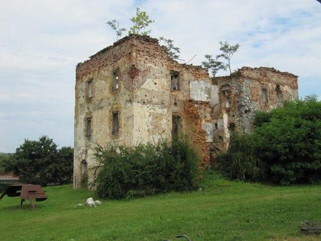 casa bombardeada, casa tiroteada, ruinas guerra yugoslavia