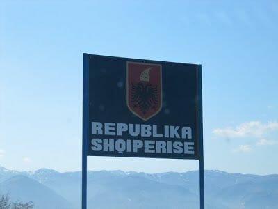 letrero frontera albania