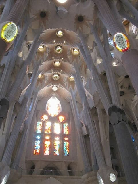 arcos, columnas y bóveda de la nave central