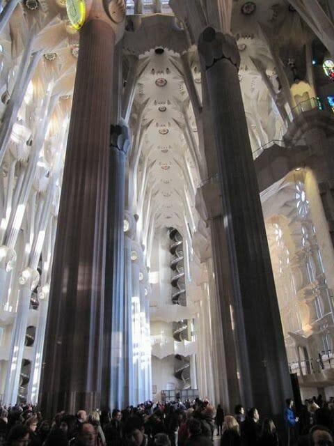 panorámica de las naves central y laterales de la Sagrada Familia