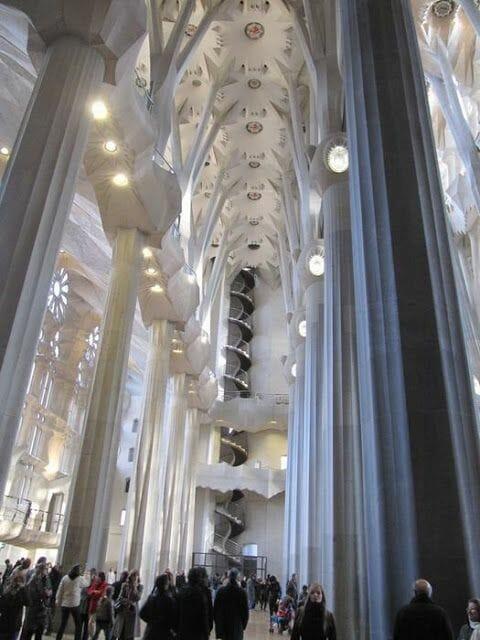 interior sagrada familia, nave lateral sagrada familia, Gaudí