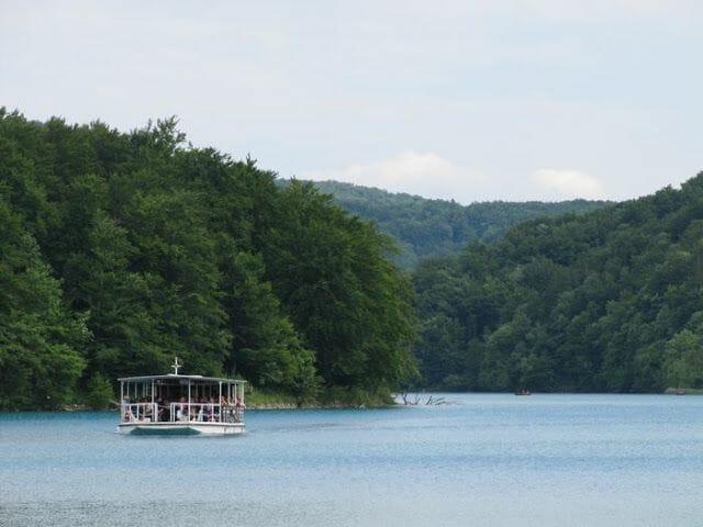barco que cruza el lago Kozjak