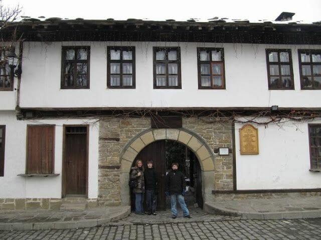 Shkoloto o antigua escuela, Triavna