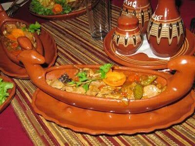 comer en Mexana típico del viaje a Bulgaria