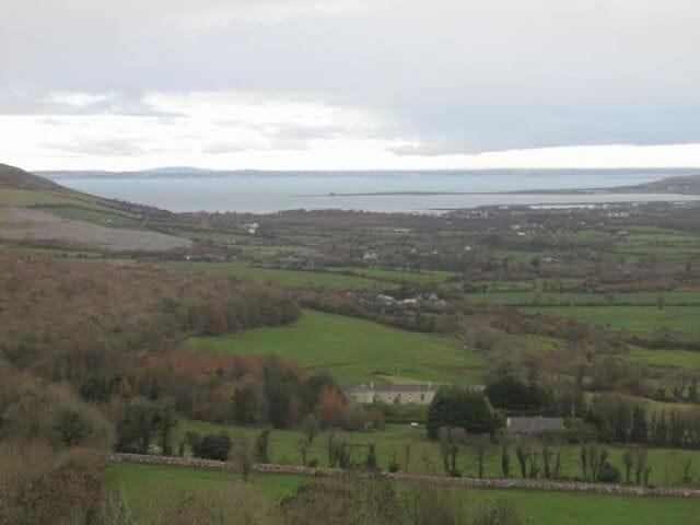 colina Corkscrew con vistas abahía de Blackhead y Finavarra point