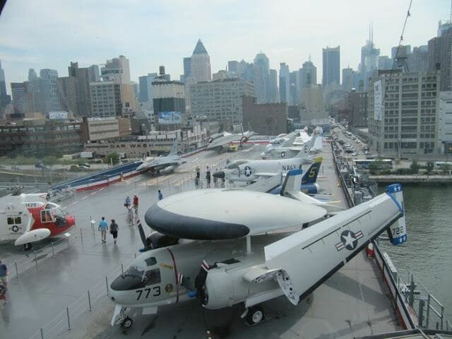 Aviones en el intrepid sea air