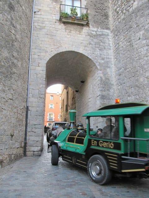 puerta de la antigua via augusta