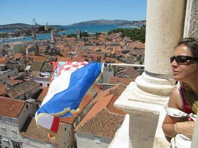 bandera croacia en el campanario de la catedral de Trogir