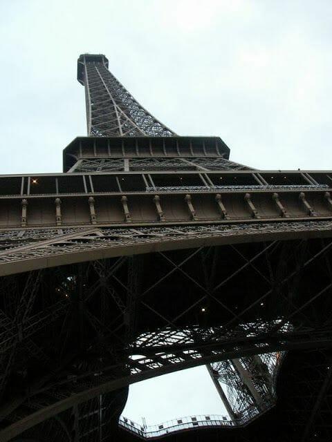 torre eiffel desde abajo, base torre eiffel paris