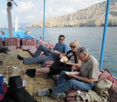 comer en el crucero en Dhow por Omán