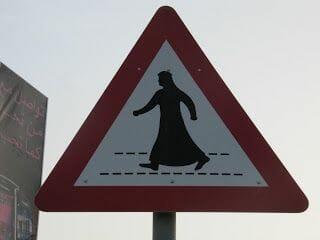 señal trafico con un árabe