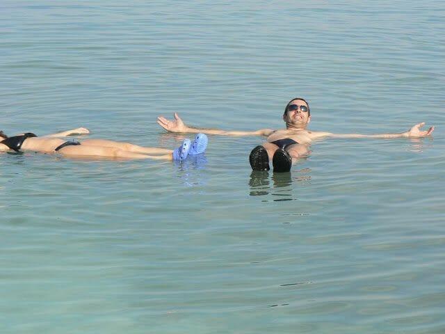 Flotar al bañarse en el mar muerto
