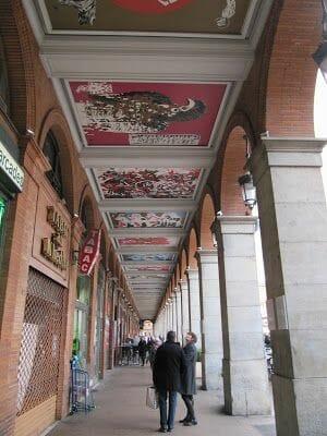 arcadas de la plaza del capitolio de Toulouse