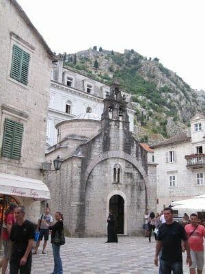 iglesia de San Lucas de Kotor, dos altares ortodoxo y catolico