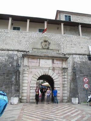 puerta principal de Kotor, puerta oeste, puerta de la marina, west gate Kotor