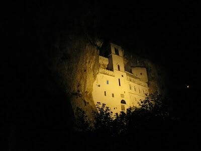monasterio ortodoxo, monasterio Ostrog, monasterio montenegro, san Basilio, Ostrog iluminado