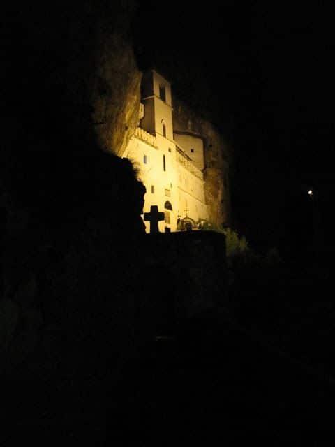 monasterio ostrog de noche