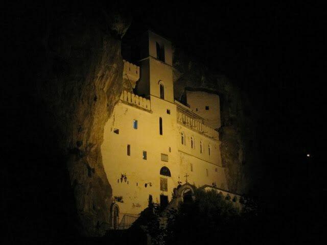 monasterio ostrog de noche iluminado