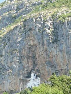 monasterio ostrog desde iglesia Sveti Stanko