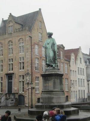 estatua del pintor flamenco Jan van Eyck