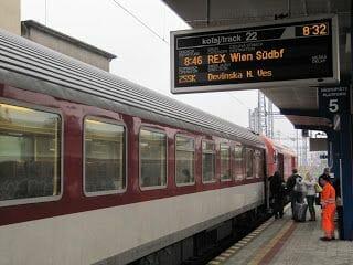 andén con el tren que va a Viena desde Bratislava