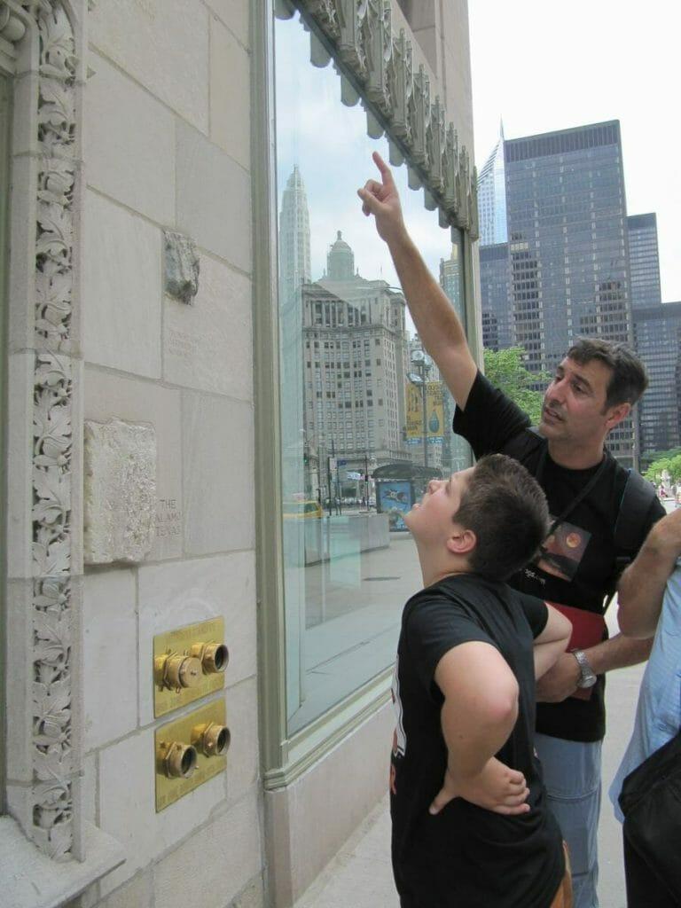 mirando las piedras en la pared del Chicago Tribune