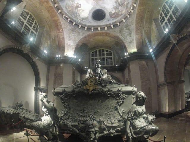 Féretro de María Teresa y su marido Francisco en la Cripta Imperial de Viena