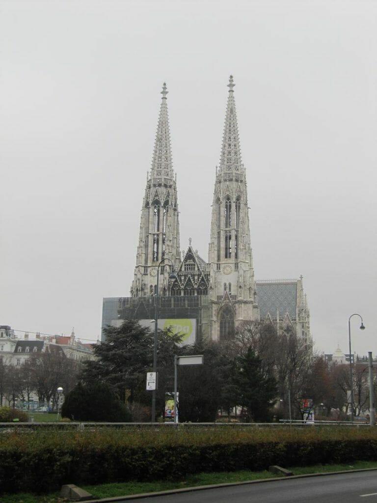 dos torres gemelas de 99 metros en forma de aguja