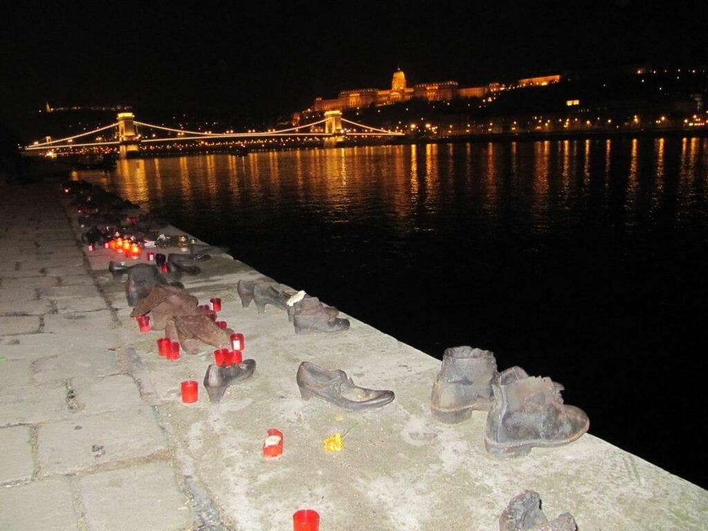 monumento a los zapatos de noche