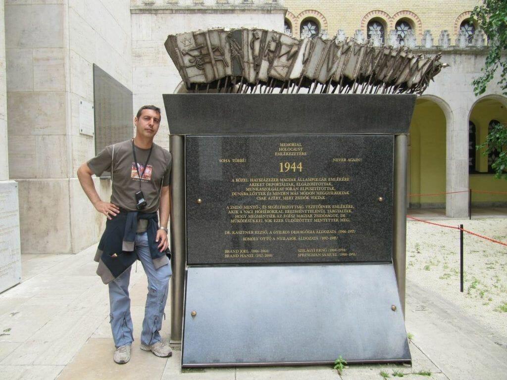 memorial a las víctimas en el patio de la sinagoga
