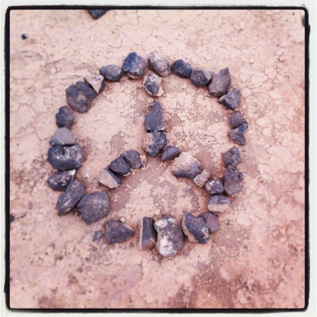 simbolo paz con piedras