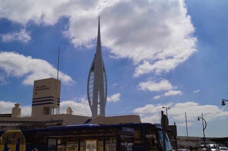 Spinnaker Tower desde el Portsmouth Historic Dockyard, puerto de Portsmouth,