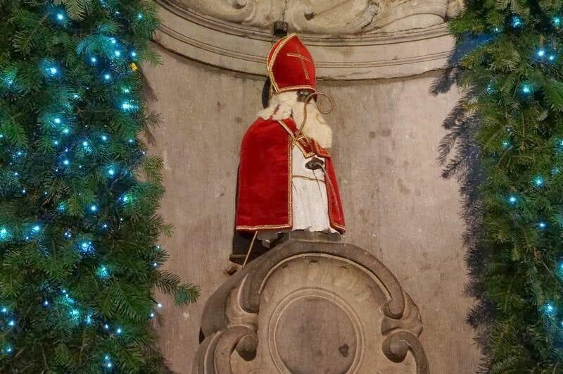 santa claus manneken pis Navidad en Bruselas