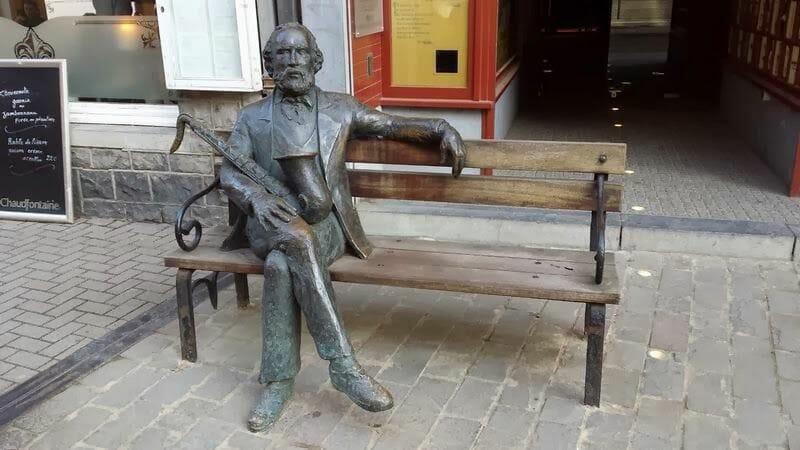 escultura del inventor del saxo en Dinant