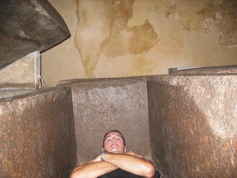 dentro del sarcófago granito pirámide kefrén