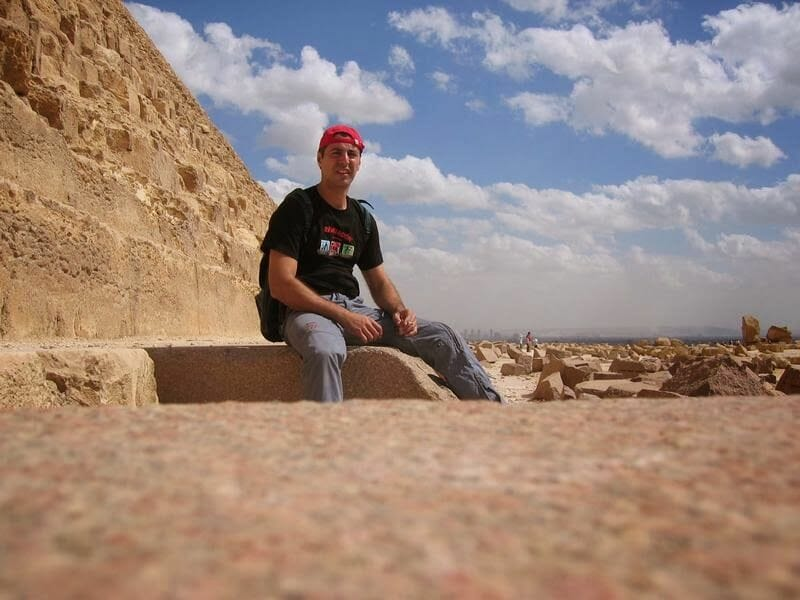 sentado al lado de la pirámide de Kefrén