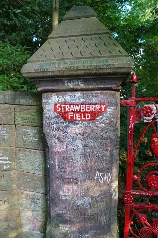 Strawberry field, strawberry fields forever, verja de strawberry field, valla, pintada de strawberry field