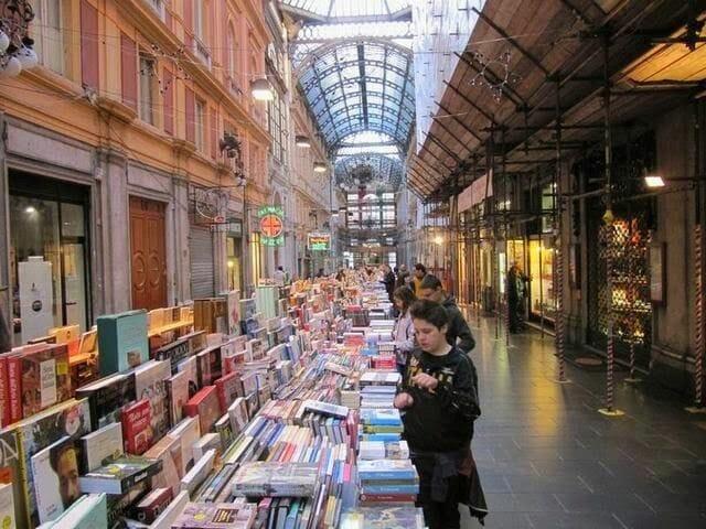 galleria Mazzini con libros