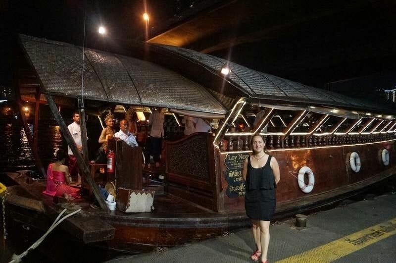 Cenando por el río de Bangkok en un barco para nosotros