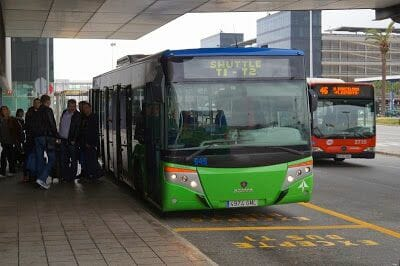 El bus 46 pasando al lado del bus que enlaza T1 y T2