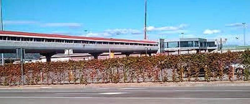 pasarela de la T2 a Renfe o metro