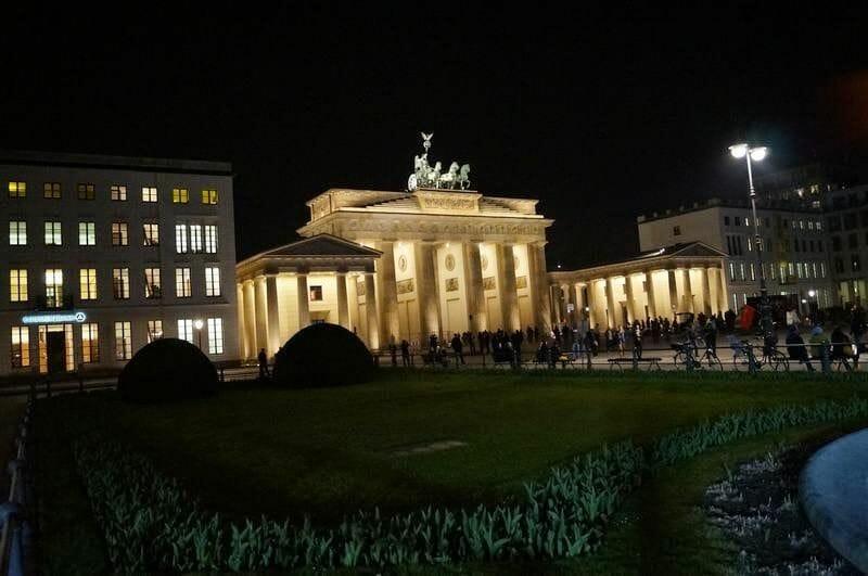 puerta de Brandenburgo de noche en el Berlín en 4 días
