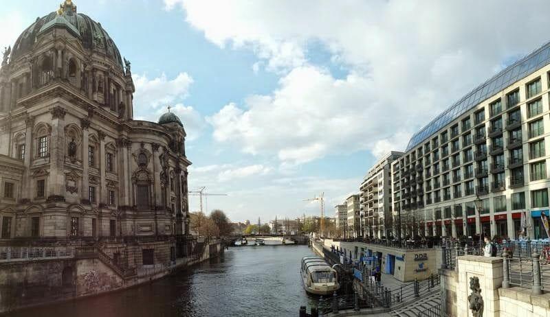 río Spree a orillas de la catedral berlin