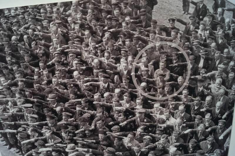 tods saludando al modo nazi menos uno