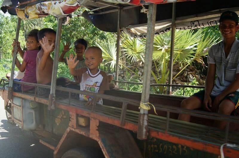 niños camboya saludando